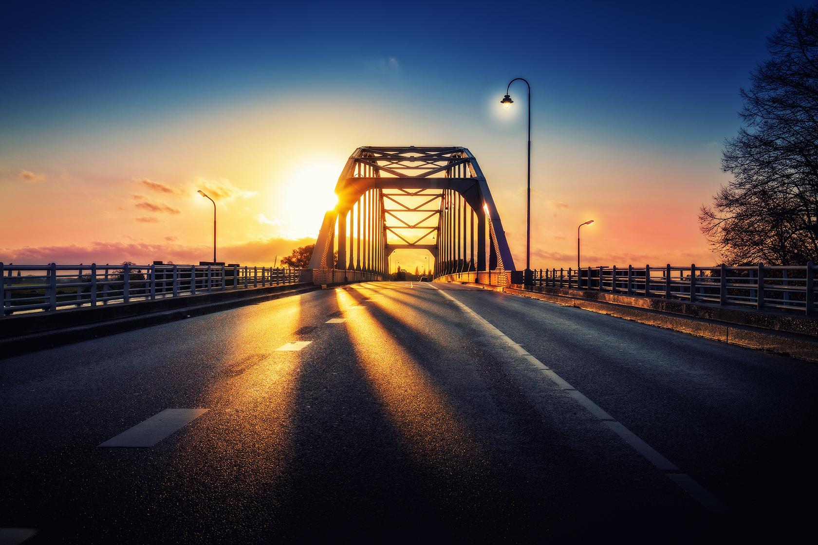 De wilhelminabrug bij zonsongergang door Bart Ros